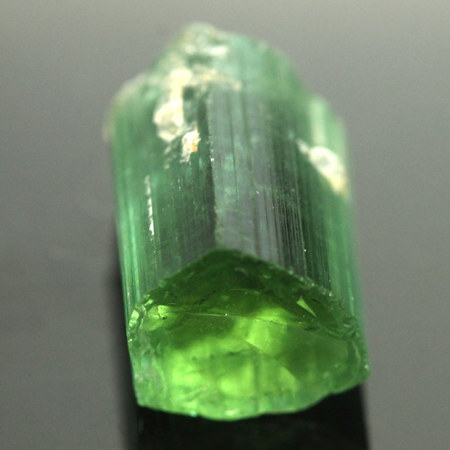 سنگ تورمالین سبز تراش نخورده